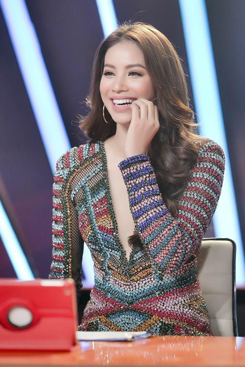 Phạm Hương diện váy khoét sâu khoe chân dài miên man - 2