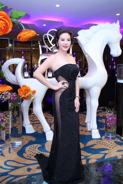 """Choáng váng ngắm """"núi"""" hàng hiệu của Hoa hậu Thu Hoài - 4"""