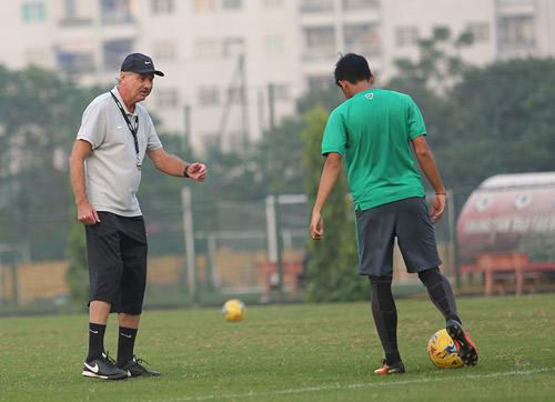 HLV Alfred Riedl bình luận về ĐT Việt Nam trước AFF Cup - 8