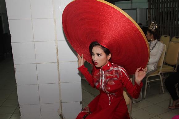 """Mỹ nhân Việt""""trẹo cổ"""" vì những chiếc khăn mấn khổng lồ - 7"""