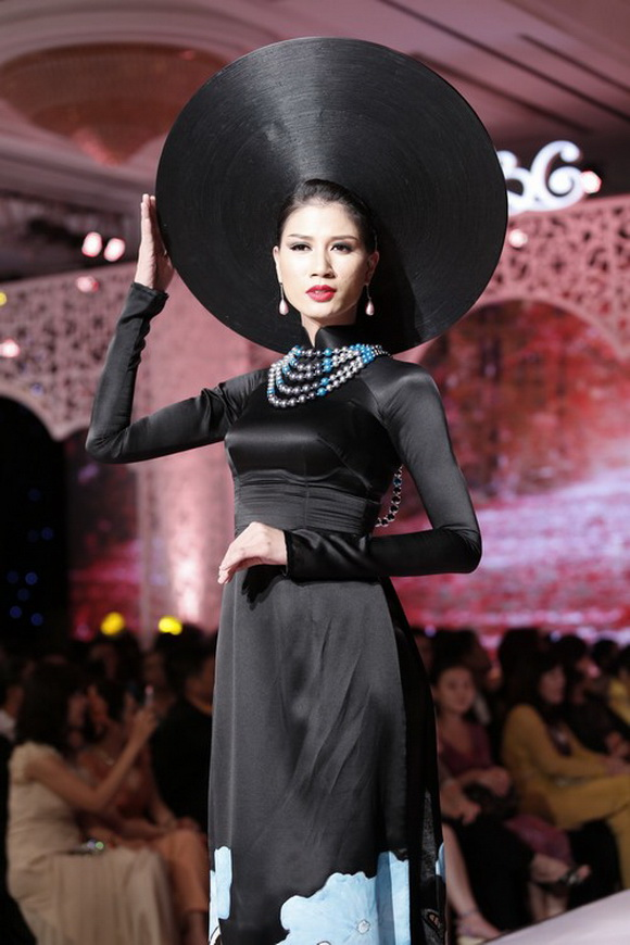 """Mỹ nhân Việt""""trẹo cổ"""" vì những chiếc khăn mấn khổng lồ - 8"""