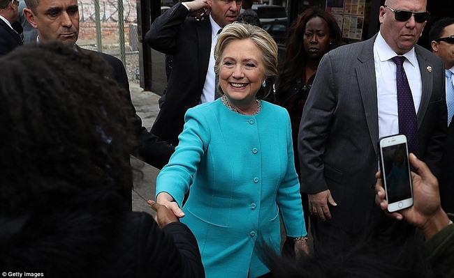 FBI tung kết quả điều tra bà Clinton 2 ngày trước bầu cử - 1