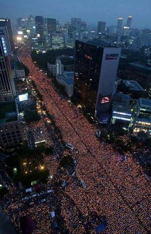 10 vạn người HQ đổ ra đường yêu cầu tổng thống từ chức - 2