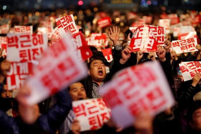 10 vạn người HQ đổ ra đường yêu cầu tổng thống từ chức - 3