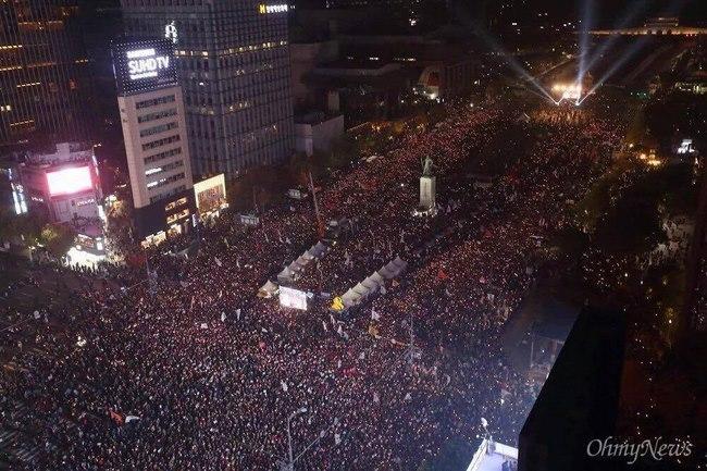 10 vạn người HQ đổ ra đường yêu cầu tổng thống từ chức - 1