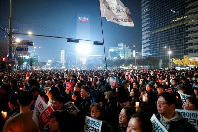 10 vạn người HQ đổ ra đường yêu cầu tổng thống từ chức - 7