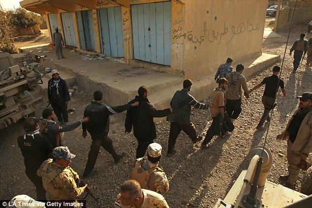 IS truy lùng 5 thủ lĩnh ôm hàng triệu USD bỏ trốn - 1