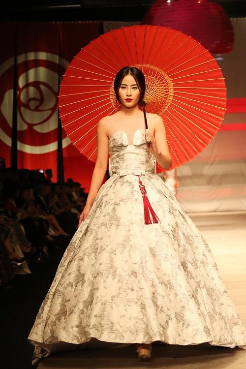 Nam Em hóa gái Nhật hững hờ đầm cúp ngực trên sàn catwalk - 1