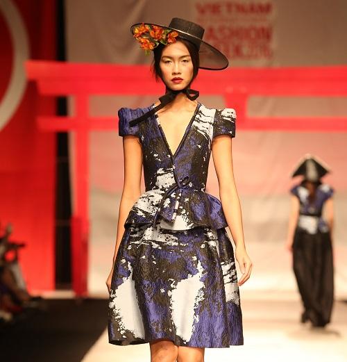 Nam Em hóa gái Nhật hững hờ đầm cúp ngực trên sàn catwalk - 2
