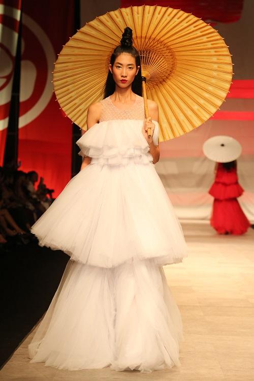Nam Em hóa gái Nhật hững hờ đầm cúp ngực trên sàn catwalk - 3