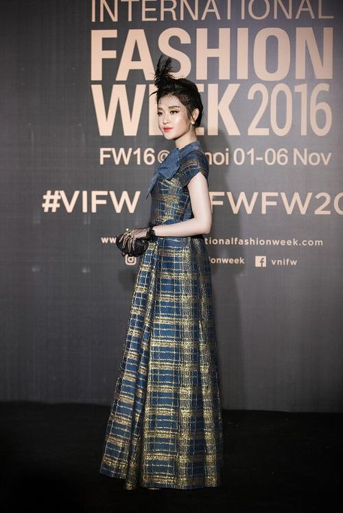 Nam Em hóa gái Nhật hững hờ đầm cúp ngực trên sàn catwalk - 9
