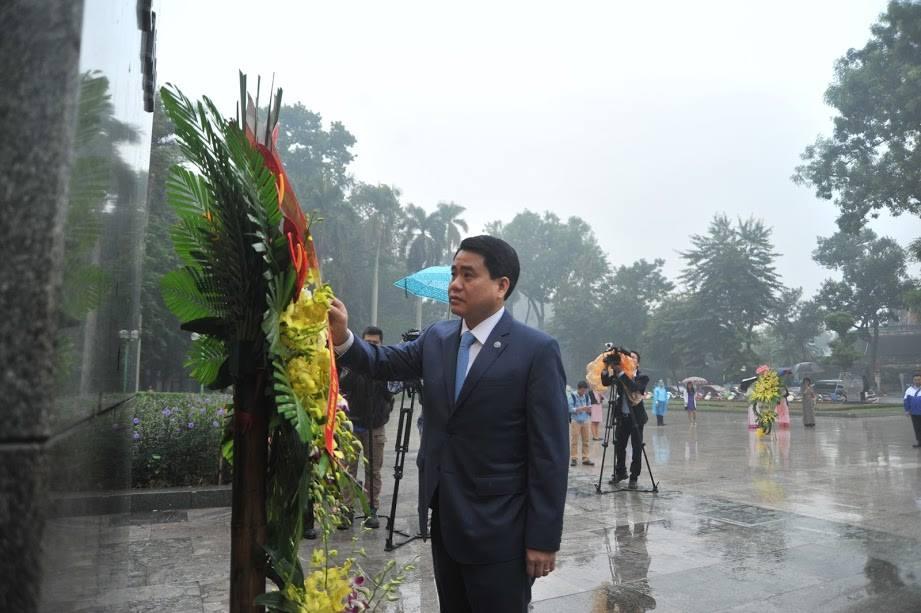 Chủ tịch Hà Nội đặt vòng hoa tưởng niệm tại tượng đài Lê Nin - 2