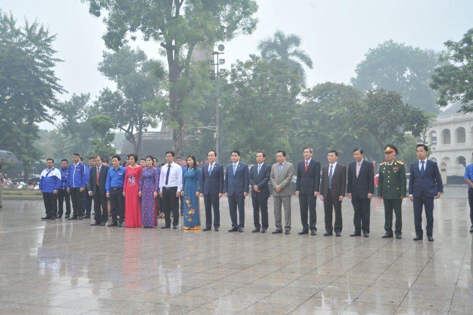 Chủ tịch Hà Nội đặt vòng hoa tưởng niệm tại tượng đài Lê Nin - 1