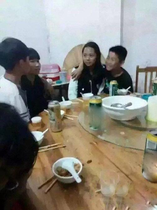Sốc: Học sinh TQ hôn nhau ngấu nghiến trên bàn nhậu - 2