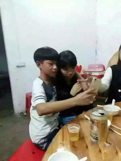Sốc: Học sinh TQ hôn nhau ngấu nghiến trên bàn nhậu - 4