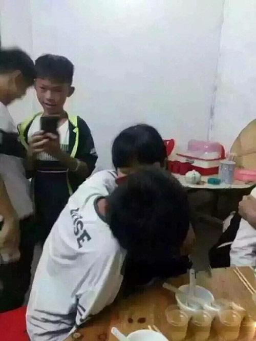Sốc: Học sinh TQ hôn nhau ngấu nghiến trên bàn nhậu - 5