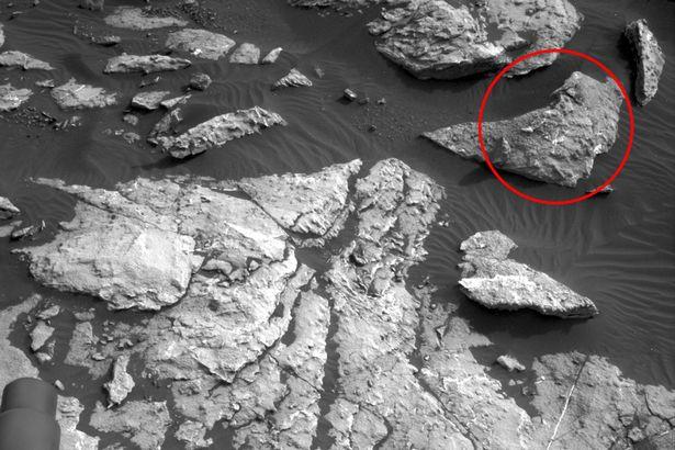 """Phát hiện """"xác người phụ nữ"""" nằm dài trên sao Hỏa - 1"""