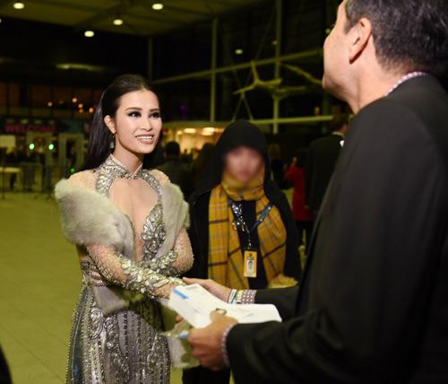 Đông Nhi gợi cảm xuất hiện tại lễ trao giải EMA đình đám quốc tế - 2