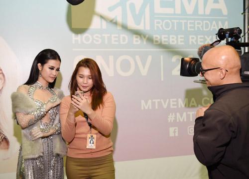 Đông Nhi gợi cảm xuất hiện tại lễ trao giải EMA đình đám quốc tế - 7