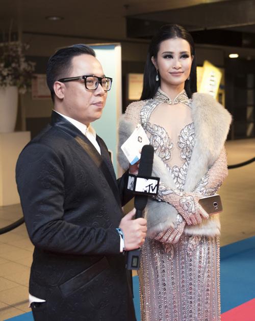 Đông Nhi gợi cảm xuất hiện tại lễ trao giải EMA đình đám quốc tế - 8