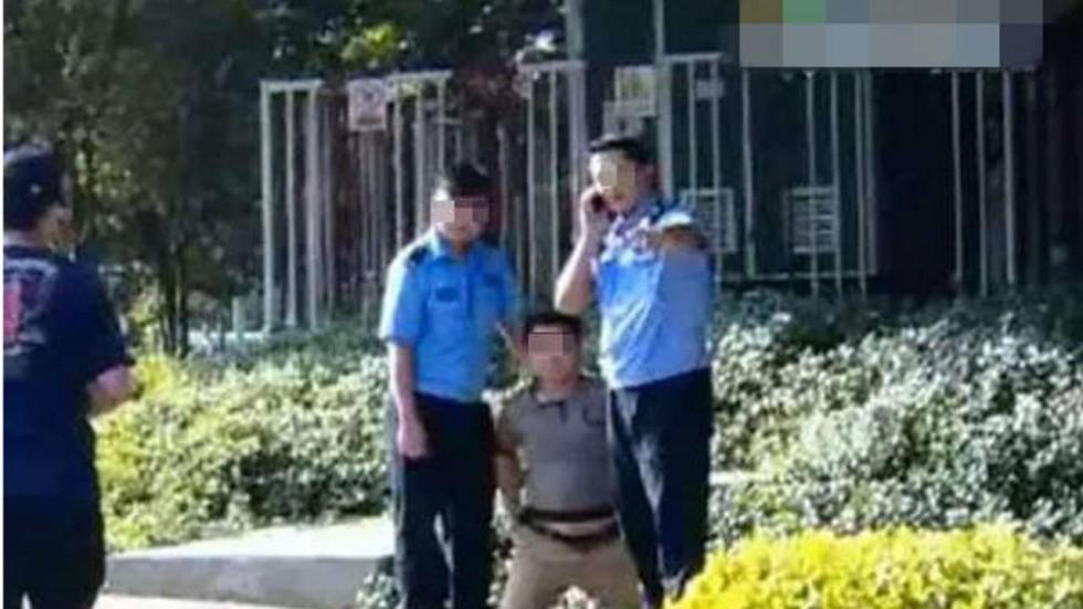 """TQ: Bị """"soi"""" vi phạm, cảnh sát bắt dân quỳ giữa phố - 1"""