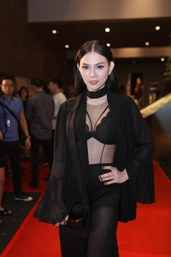 Mỹ nhân Việt sexy cực độ khi diện áo ngực ra đường - 11