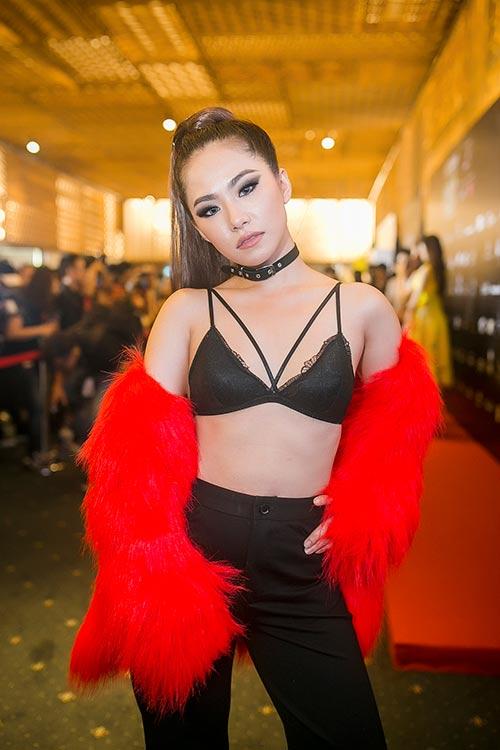 Mỹ nhân Việt sexy cực độ khi diện áo ngực ra đường - 13