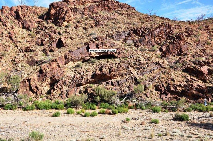 Úc: Đi vệ sinh, vô tình thấy hang trú ẩn 49.000 năm tuổi - 1