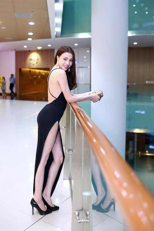 """""""Thót tim"""" vì váy xẻ hông cao táo bạo của mỹ nhân Việt - 10"""