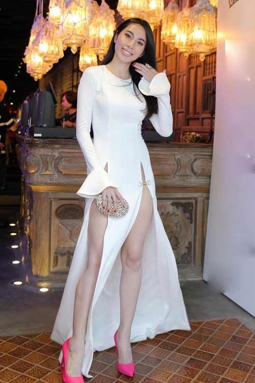 """""""Thót tim"""" vì váy xẻ hông cao táo bạo của mỹ nhân Việt - 13"""