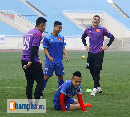 """Đội tuyển Việt Nam: Hữu Thắng """"đọ tài"""" đá 11m với học trò - 1"""