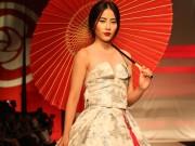 Thời trang - Nam Em hóa gái Nhật hững hờ đầm cúp ngực trên sàn catwalk