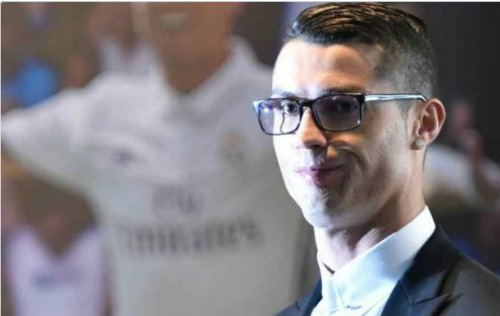 Đeo kính ký hợp đồng tỷ đô, Ronaldo bị fan châm biếm - 1