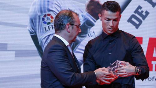 Đeo kính ký hợp đồng tỷ đô, Ronaldo bị fan châm biếm - 3
