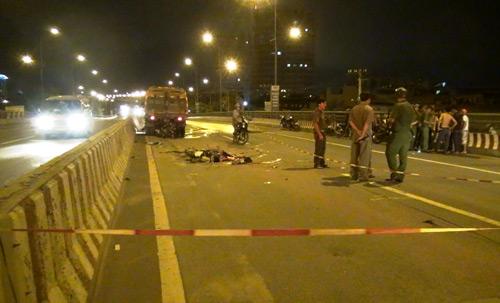 Xe máy cắm chặt vào xe quét đường, 2 người tử vong - 1