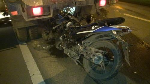 Xe máy cắm chặt vào xe quét đường, 2 người tử vong - 2