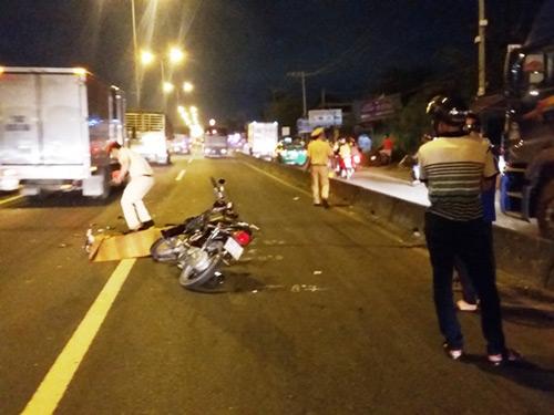 Xe máy cắm chặt vào xe quét đường, 2 người tử vong - 3