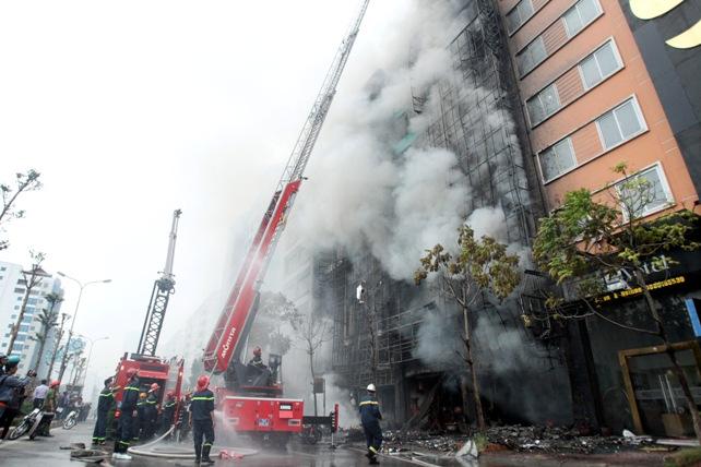 Sau vụ cháy 13 người chết, HN lập đoàn kiểm tra quán karaoke - 1