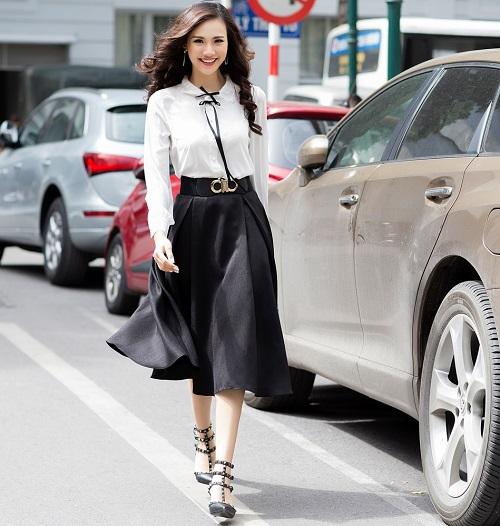 Mỹ nữ có làn da đẹp nhất Hoa hậu Việt Nam hút hồn trên phố - 1