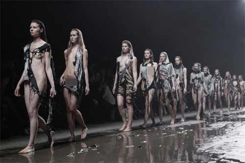 Show diễn lạ, áo quần tự bốc hơi khỏi cơ thể người mẫu - 1