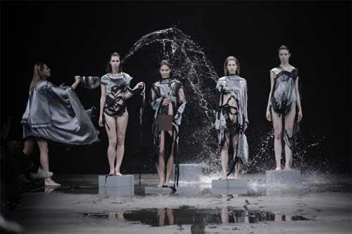 Show diễn lạ, áo quần tự bốc hơi khỏi cơ thể người mẫu - 2