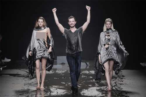 Show diễn lạ, áo quần tự bốc hơi khỏi cơ thể người mẫu - 6