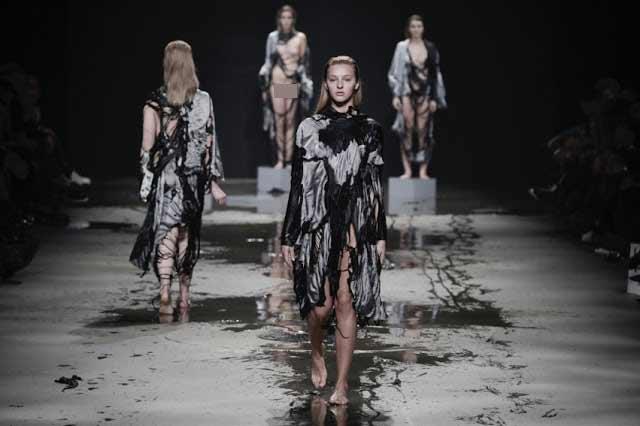Show diễn lạ, áo quần tự bốc hơi khỏi cơ thể người mẫu - 5