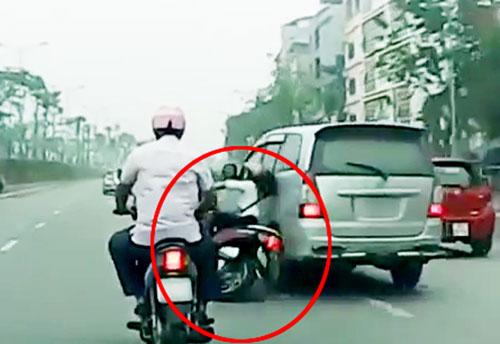 Clip: Ô tô húc văng cô gái đi xe máy rồi bỏ chạy gây phẫn nộ - 1