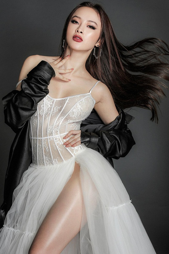 Angela Phương Trinh khoe body nuột nà với đầm ren mỏng manh - 10