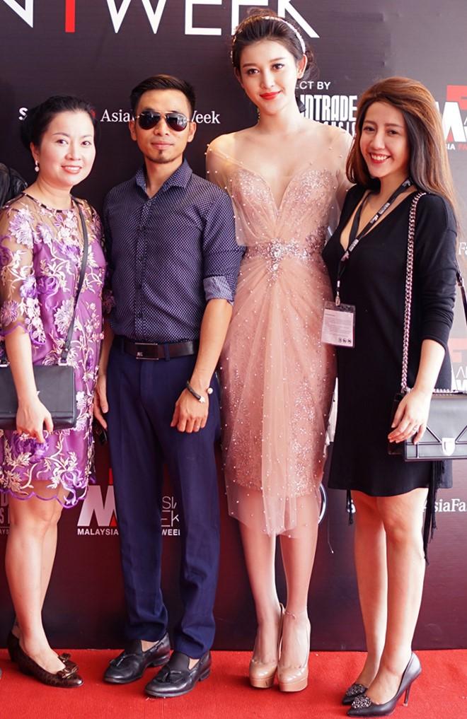 Huyền My gợi cảm khó cưỡng trên sàn diễn thời trang Malaysia - 4