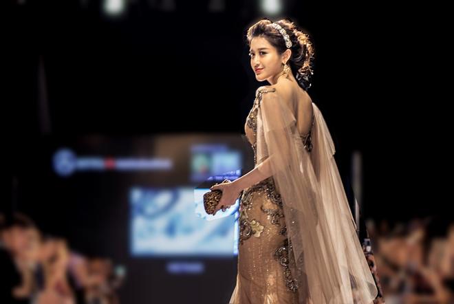 Huyền My gợi cảm khó cưỡng trên sàn diễn thời trang Malaysia - 5