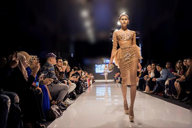 Huyền My gợi cảm khó cưỡng trên sàn diễn thời trang Malaysia - 7