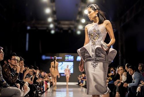 Huyền My gợi cảm khó cưỡng trên sàn diễn thời trang Malaysia - 8