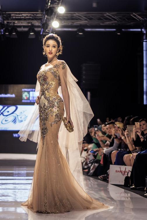 Huyền My gợi cảm khó cưỡng trên sàn diễn thời trang Malaysia - 6